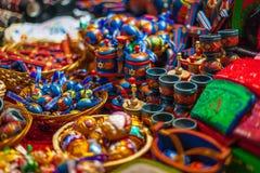 Chiuda sui colpi dei ricordi locali al mercato a Budapest immagine stock