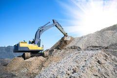 Chiuda sui dettagli di funzionamento industriale dell'escavatore fotografia stock