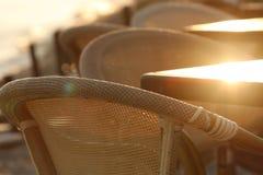Chiuda sui dettagli di una serie di sedie di bambù nell'ambito del tramonto fotografie stock