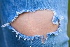 Chiuda sui jeans strappati Fotografie Stock