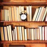 Chiuda sui libri antichi della cassa di legno degli scaffali Immagine Stock Libera da Diritti