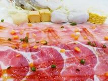 Chiuda sui molti l'insieme di carne di maiale, del manzo affettato, del mais del tofu e del gamberetto fotografia stock libera da diritti