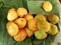 Chiuda sui pancake del noce di cocco-riso sulla foglia della banana immagine stock