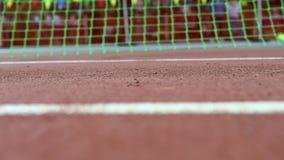 Chiuda sui piedi della videoripresa del movimento lento di un corridore in scarpe da tennis archivi video