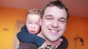 Chiuda sui ritratti del padre felice e di suo figlio. stock footage