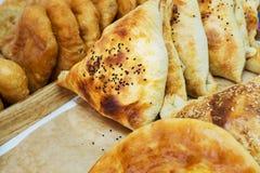 Chiuda sui samosas casalinghi deliziosi isolati sul piatto bianco Samosas nigeriano vegetariano immagine stock libera da diritti