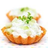 Chiuda sui tartlets riempiti di formaggio cremoso Fotografia Stock Libera da Diritti