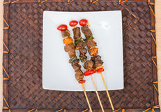Chiuda sul barbecue in piatto bianco Fotografia Stock