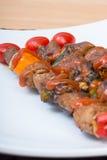 Chiuda sul barbecue in piatto bianco Fotografie Stock