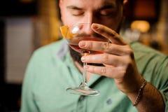 Chiuda sul barista con il cocktail Fotografia Stock