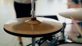 Chiuda sul batterista del colpo che gioca i tamburi con la bacchetta video d archivio
