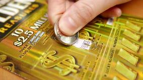 Chiuda sul biglietto di lotteria di scratch della donna stock footage
