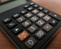 chiuda sul calcolatore con fondo di legno Immagini Stock