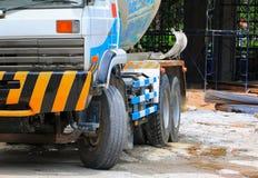 Chiuda sul camion del calcestruzzo pesante sul cantiere Immagini Stock Libere da Diritti