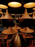 Chiuda sul candeliere con luce calda e moderna e l'atmosfera piacevole Fotografia Stock