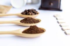 Chiuda sul chicco di caffè schiacciato sul cucchiaio di legno fotografia stock libera da diritti