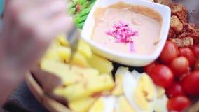 Chiuda sul cibo dell'insalata delle verdure dal formaggio del tofu, dai verdi del fagiolo, dai pomodori, dagli uova sode, dalla p video d archivio