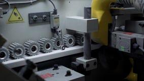 Chiuda sul colpo degli ingranaggi che girano in una trecciatrice del bordo stock footage