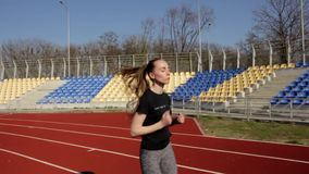 Chiuda sul colpo del movimento lento di funzionamento attraente atletico che pareggia, allenamento all'aperto della giovane donna video d archivio