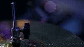 Chiuda sul colpo del musicista che gioca i tamburi stock footage