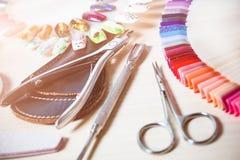 Chiuda sul colpo dell'insieme di manicure alla tavola Fotografia Stock Libera da Diritti