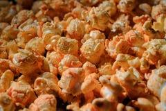 Chiuda sul colpo dell'insieme di popcorn salato caldo fresco con formaggio immagine stock