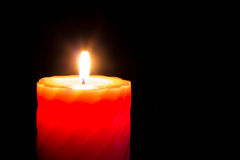 Chiuda sul colpo della candela bruciante rossa. Immagine Stock