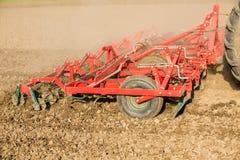 Chiuda sul colpo della macchina del coltivatore di semenzaio sul lavoro Fotografia Stock