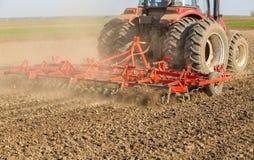 Chiuda sul colpo della macchina del coltivatore di semenzaio sul lavoro Immagini Stock Libere da Diritti