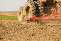 Chiuda sul colpo della macchina del coltivatore di semenzaio sul lavoro Fotografie Stock