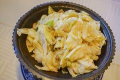 Chiuda sul colpo della verdura piccante della frittura di stile delizioso di Shanghai fotografie stock libere da diritti