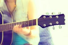Chiuda sul colpo delle corde e delle mani del chitarrista che giocano la chitarra immagini stock libere da diritti