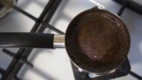 Chiuda sul colpo di forte caffè nero in Cezve Preparazione di caffè turco video d archivio