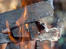 Chiuda sul colpo di legna da ardere bruciante Immagine Stock Libera da Diritti