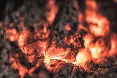Chiuda sul colpo di legna da ardere bruciante nel camino Fotografie Stock