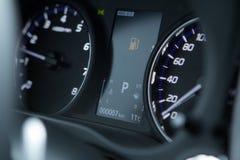 Chiuda sul colpo di un avvertimento del cruscotto dell'automobile con l'icona del combustibile accesa fotografia stock