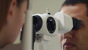 Chiuda sul colpo di un fronte del ` s dell'uomo, la gente che lavora come oftalmologo stock footage