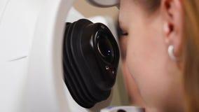 Chiuda sul colpo di un fronte del ` s della donna, la signora è diagnosticato con un tamograph video d archivio