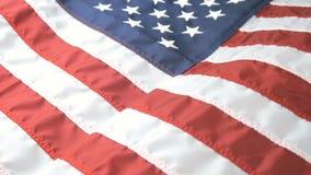 Chiuda sul colpo di una bandiera americana d'ondeggiamento video d archivio