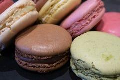 Chiuda sul colpo di una selezione di Macarons o dei maccheroni francesi per immagine stock libera da diritti