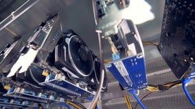 Chiuda sul colpo di video estrazione mineraria della carta grafica di GPU Azienda agricola industriale di estrazione mineraria pe archivi video