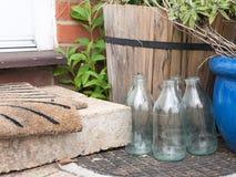 Chiuda sul colpo fresco e moderno di alcuni vetri delle bottiglie per il latte di vetro Fotografie Stock Libere da Diritti