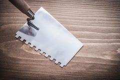 Chiuda sul coltello di mastice dell'acciaio inossidabile con la maniglia di legno Fotografie Stock