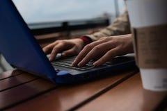 Chiuda sul computer portatile sulla via Immagini Stock