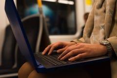 Chiuda sul computer portatile in treno Fotografia Stock Libera da Diritti