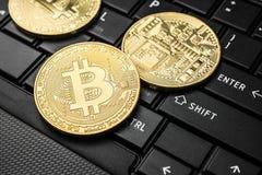 Chiuda sul concetto cripto del fondo di valuta della moneta dorata del bitcoin Fotografia Stock
