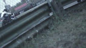 Chiuda sul corridore di moto su una sezione diritta del funzionamento video d archivio
