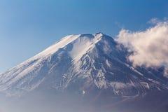 Chiuda sul coverd della neve sopra la montagna di Fuji Immagine Stock