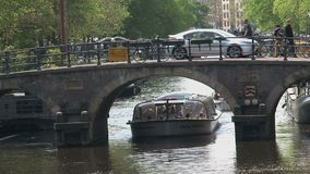 Chiuda sul crogiolo di canale a Amsterdam stock footage