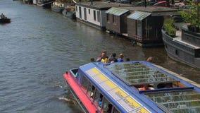 Chiuda sul crogiolo di canale rosso e blu a Amsterdam video d archivio